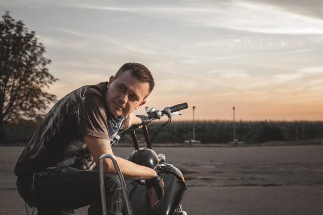 Фотосессия байкера на заправке
