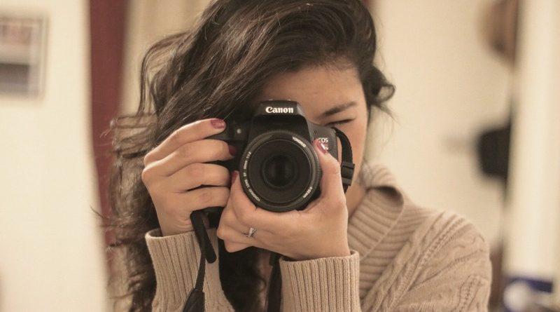 Девушка с фотоаппаратом